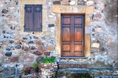 Petite porte dans une vieille allée images stock