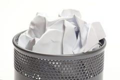 Petite poubelle compl?tement de papier chiffonn? images stock
