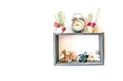 Petite poupée et petite usine dans la décoration de pot sur le cadre en bois sur le fond blanc Images libres de droits