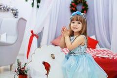 Petite princesse dans sa robe Le concept de Noël photos stock