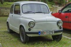 Petite rétro-voiture blanche photographie stock