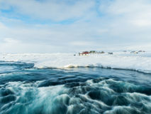 Petite rivière au milieu de neige pendant l'hiver Photos libres de droits