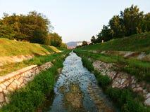Petite rivière dans le lit de la rivière Photographie stock libre de droits
