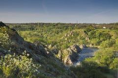 Petite rivière de montagne Paysage avec le courant coulant entre les roches L'eau en montagnes Rapide de rivière Images libres de droits