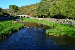 Petite rivière qui coule dans le lac d'Orta Images stock