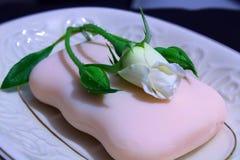 Petite rose sous le savon photographie stock libre de droits