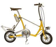 Petite roue de bicyclette jaune d'isolement sur un fond blanc avec c Photos stock