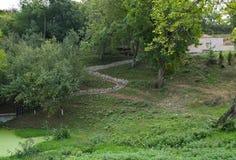 Petite route en pierre jusqu'au dessus de la colline Photos libres de droits