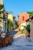Petite rue avec des maisons de couleur et route pierreuse à la vieille ville d'Athènes, Grèce Photographie stock