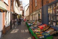Petite rue avec des marchands de légumes Photo libre de droits