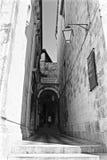 Petite rue dans la vieille ville dans Dubrovnik Photographie stock libre de droits