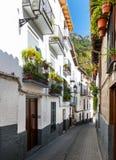 Petite rue dans la ville de Cazorla images stock