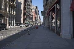 Petite rue dans NYC sur dimanche matin photographie stock libre de droits