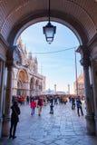 Petite rue de place du ` s de St Mark à Venise, Italie Image libre de droits