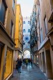 Petite rue de place du ` s de St Mark à Venise, Italie Photographie stock libre de droits