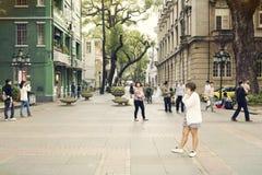 Petite rue de ville avec des piétons, les gens marchant dans la rue urbaine dedans en centre ville, vue de rue de la Chine Photo libre de droits