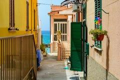 Petite rue en ville Pizzo menant à la mer, Calabre, Italie image libre de droits