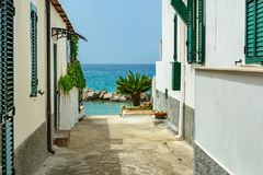 Petite rue en ville Pizzo menant à la plage sur la mer tyrrhénienne, Calabre, Italie photographie stock libre de droits