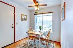 Petite salle à manger avec un ensemble rustique de table images libres de droits