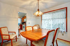 Petite salle à manger confortable avec la fenêtre image stock