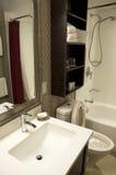 Petite salle de bains d'hôtel Photographie stock