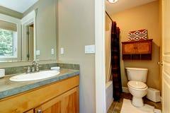 Petite salle de bains dans la chambre à coucher principale photo stock