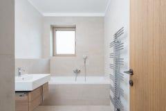 Salle de bains vide blanche avec la petite fen tre photo - Petite fenetre salle de bain ...
