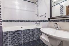 Petite salle de bains grise photos stock