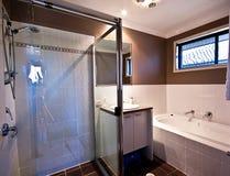 Petite salle de bains principale Photographie stock libre de droits