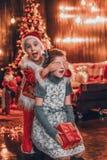 Petite Santa apporte des cadeaux images libres de droits