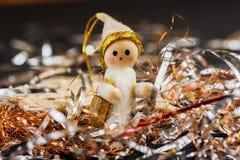 Petite Santa en bois dans le fil argenté et d'or Images libres de droits