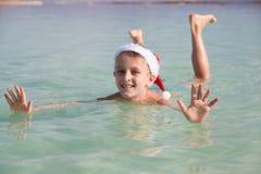 Petite Santa heureuse à la mer morte Image stock