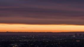 Petite silhouette de ville au timelapse de coucher du soleil banque de vidéos