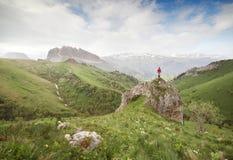 Petite silhouette de voyageur sur la roche photos libres de droits