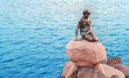 Petite sirène de monument en bronze à Copenhague Images libres de droits