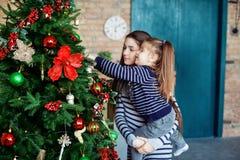 Petite soeur décorant un arbre de Noël Le concept du Christ Photos libres de droits