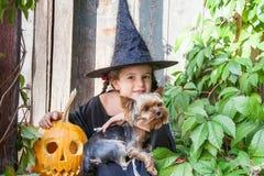 Petite sorcière avec le potiron de Halloween Photographie stock