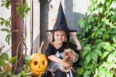 Petite sorcière avec le potiron de Halloween Photo libre de droits
