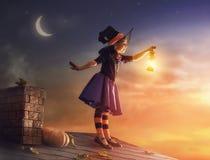 Petite sorcière dehors Photo libre de droits