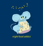 Petite souris drôle mangeant pendant la nuit Photographie stock libre de droits