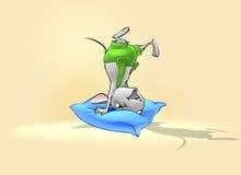Petite souris heureuse jouant avec l'oreiller Photographie stock