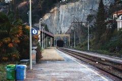 Petite station de train régionale à la ville de Varenna près du lac Como, Italie Photos libres de droits