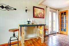 Petite table de salle à manger rustique images libres de droits