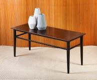 Petite table en bois avec des vases Image stock