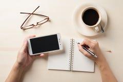 Petite tasse de carnet et de café Photo libre de droits
