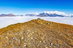Petite tour des pierres sur le dessus de la montagne Images stock
