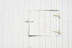 Petite trappe sur la vieille grange Images libres de droits