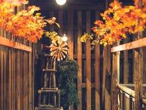 Petite turbine de vent pour la décoration dans la maison en bois avec des feuilles d'automne photographie stock