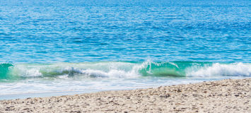Petite vague dans le Laguna Beach image libre de droits