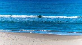 Petite vague en plage de Platamona photos stock